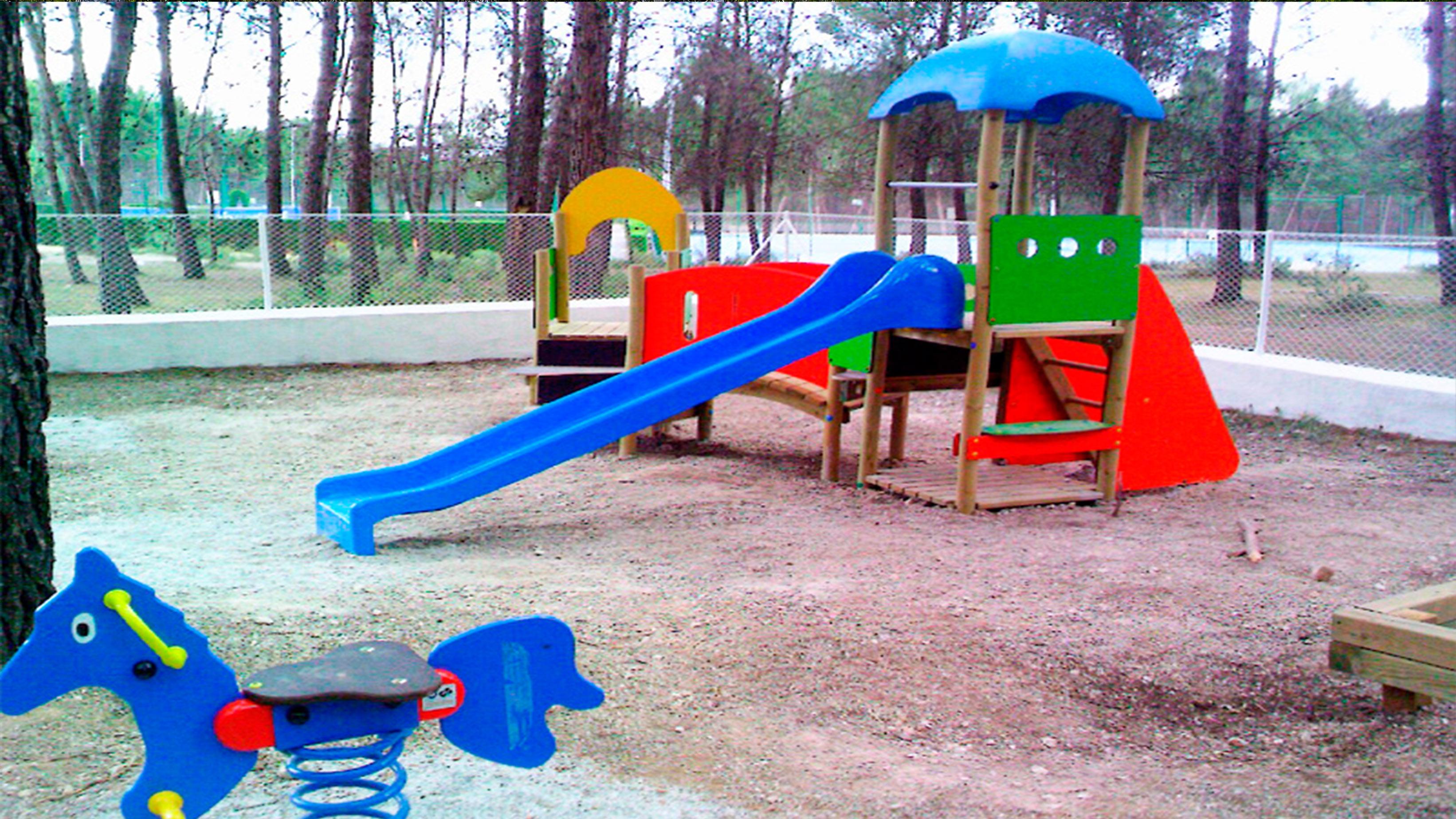 Zona infantil de columpios de la Real Sociedad de Tiro de Pichón de Granada